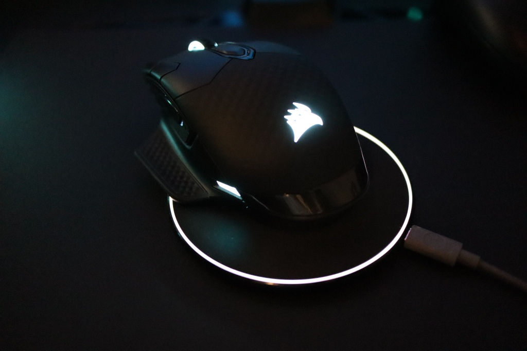 コルセア マウス Qi充電中